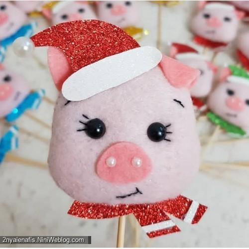 آموزش کاردستی گیفت مراحل ساخت عروسک خوک نمدی برای هفت سین 98 + الگو