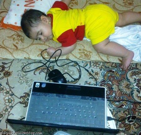 محیا کنار لپ تاپ خوابش برده