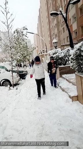 پسرم در حال برف بازی