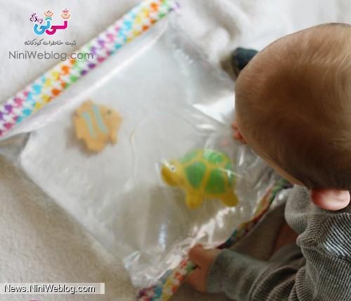 بازی کودک با کیسه آب اسباب بازی
