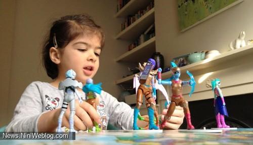 دختر بچه در حال بازی با فیگورها
