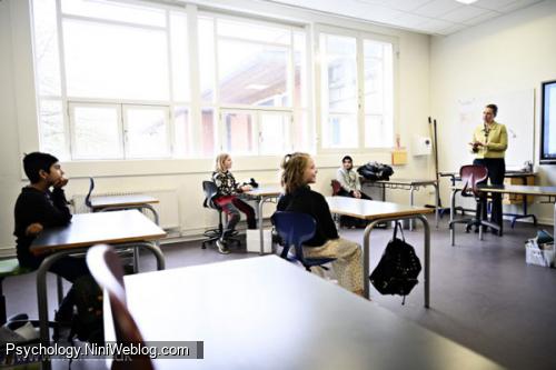 مته فردریکسن نخستوزیر دانمارک در حال گفتوگو با کودکان یک دبستان، ۱۵ آوریل ۲۰۲۰