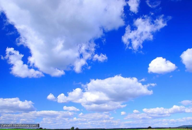 آسمان آبی زیبا با ابرهای سفید در حال حرکت